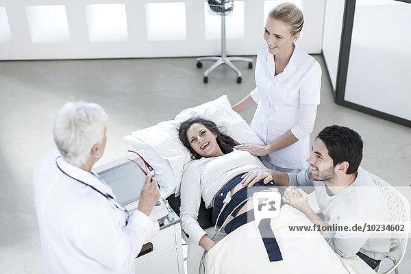 Schwangere Frau wird medizinisch untersucht