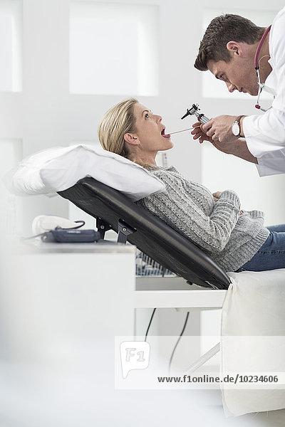 Frau beim HNO-Arzt