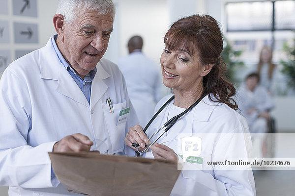 Zwei Ärzte im Krankenhausflur im Gespräch