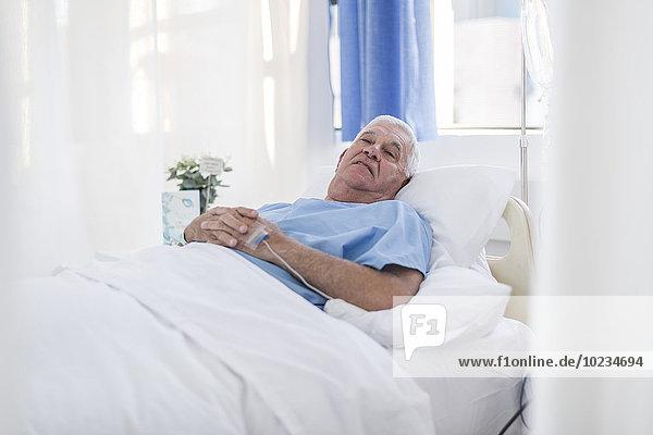 Seniorenpatient im Krankenhausbett liegend