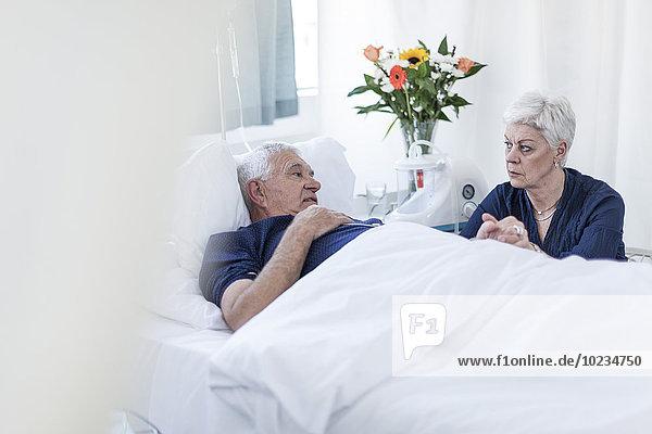 Seniorin zu Besuch beim Ehemann im Krankenhaus