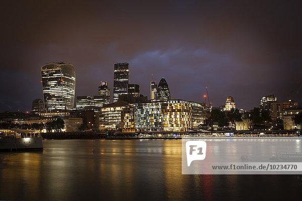 UK  London  Blick auf die Themse und beleuchtetes Finanzviertel bei Nacht