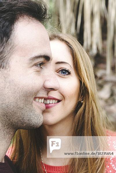 Porträt eines Paares  das ein Gesicht zusammenbaut.