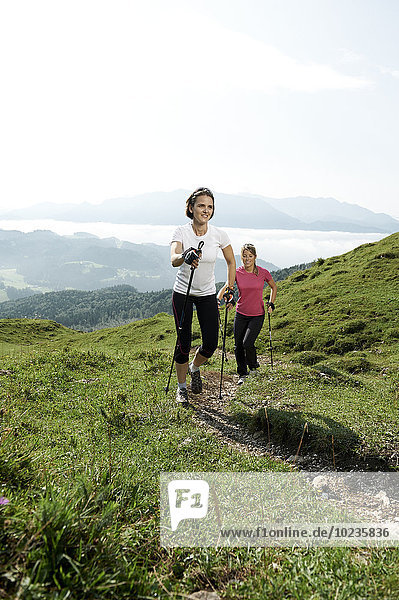 Österreich  Zwei Frauen Nordic Walking am Kranzhorn