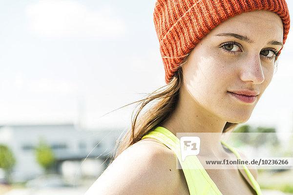 Portrait einer jungen Frau mit Wollmütze
