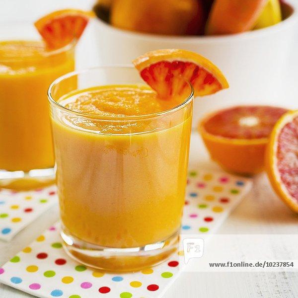 Smoothie aus orangen Früchten & Gemüse Smoothie aus orangen Früchten & Gemüse