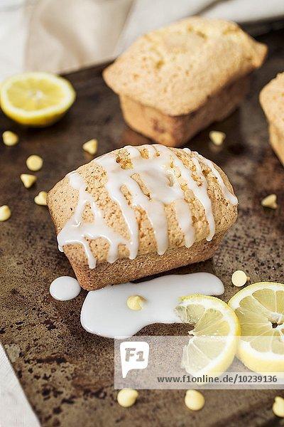 Zitronenkuchen mit Zuckergussstreifen