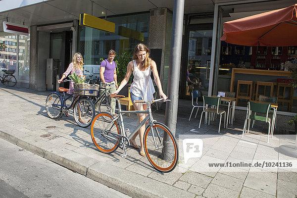 Freundschaft schieben Weg Fahrrad Rad
