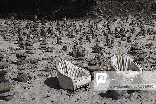 Leere Sessel und Stapelsteine