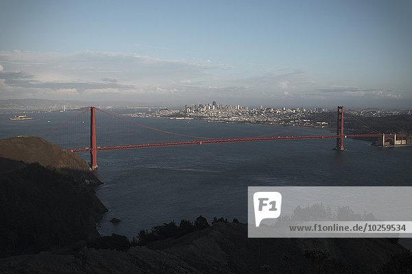 Golden Gate Bridge mit Stadtbild im Hintergrund