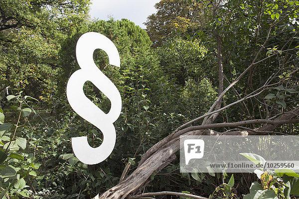 Absatzsymbol am Baum im Wald