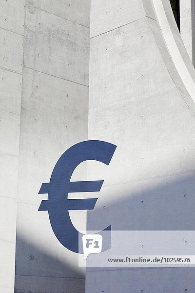 Eurozeichen gegen Betonwand