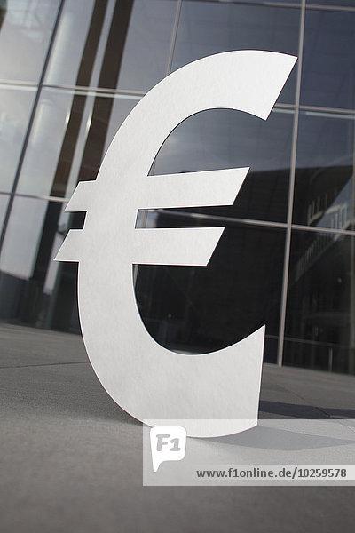 Euro-Symbol außerhalb des Bürogebäudes