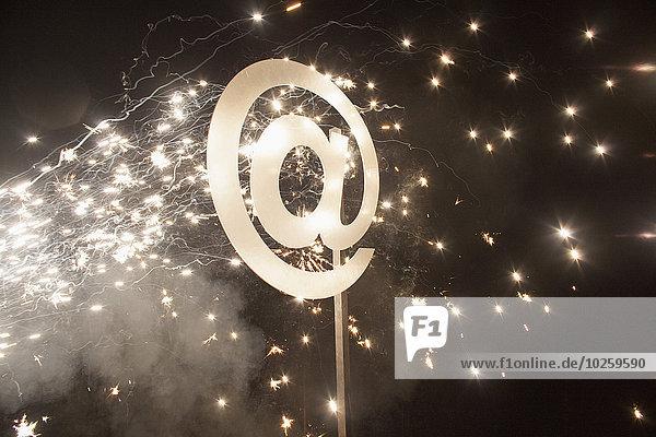 Beleuchtet am Symbol mit Feuerwerk bei Nacht