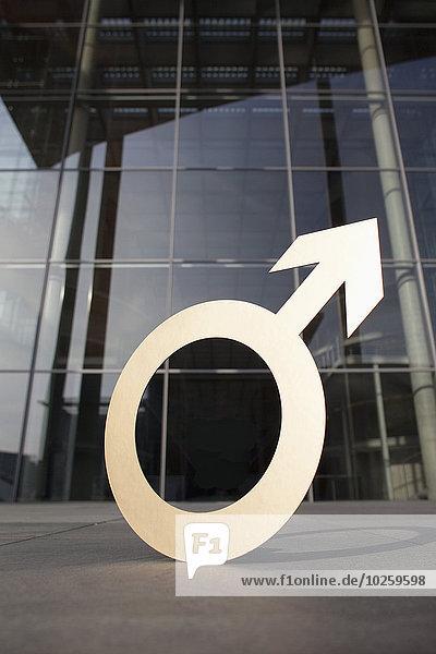 Männliches Symbol vor dem Bürogebäude