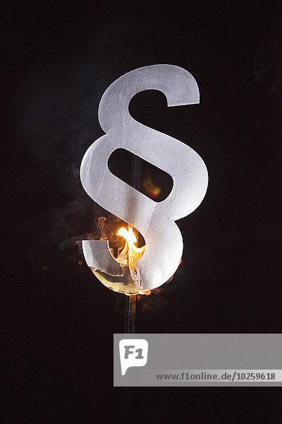 Absatzsymbol auf dem nachts brennenden Mast
