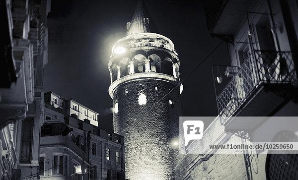 Außenansicht des Galata-Turms bei Nacht  Istanbul  Türkei