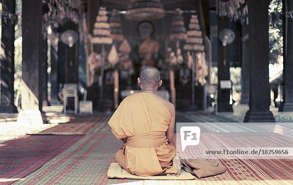 Rückansicht des Mönchs am Angkor Wat  Kambodscha
