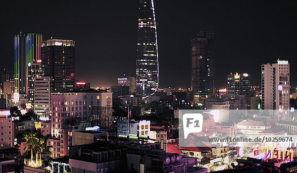 Blick auf das beleuchtete Stadtbild bei Nacht  Ho Chi Minh City  Vietnam