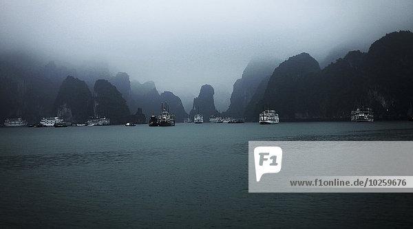Boote in der Halong-Bucht gegen den Himmel  Vietnam