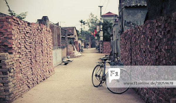 Fahrrad geparkte schmale Straße in Hanoi  Vietnam