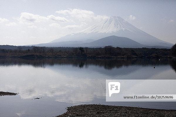 Ruhiger See gegen den Fuji  Japan