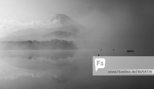 See und Fuji bei nebligem Wetter  Japan