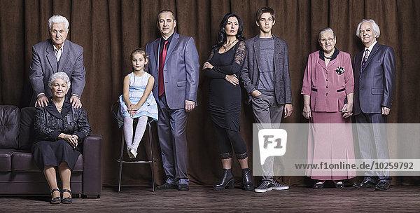 Organisiertes Gruppenfoto einer gut gekleideten Familie