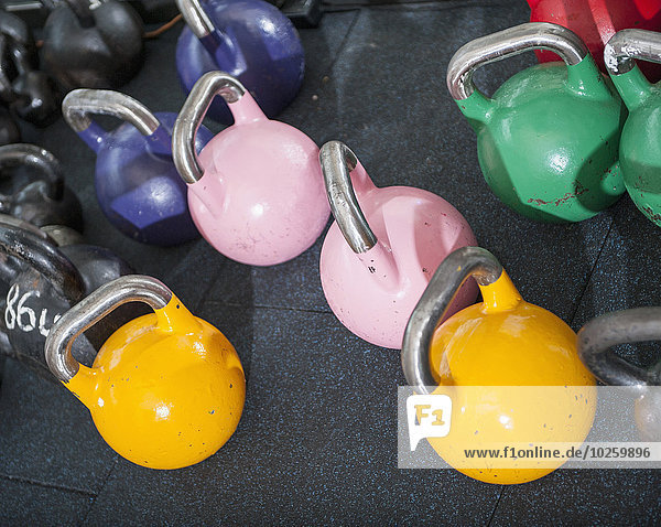 Mehrfarbige Kettlebells in der Turnhalle