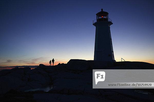 Silhouette Leuchtturm gegen klaren blauen Himmel