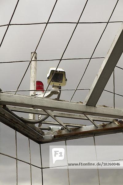 Flachwinkelaufnahme der Überwachungskamera auf dem Metalldach