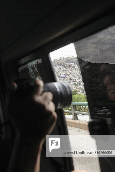 Ausschnitt aus dem Busfenster von Hand fotografierter Berg