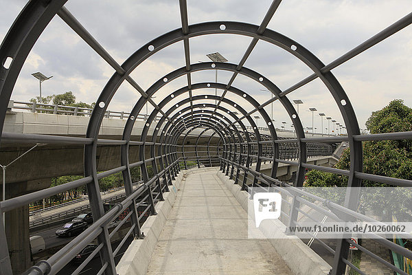 Metallbögen auf der Brücke gegen den Himmel