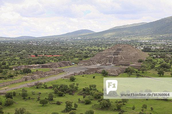 Hochwinkelansicht der Sonnenpyramide und der Landschaft bei bewölktem Himmel