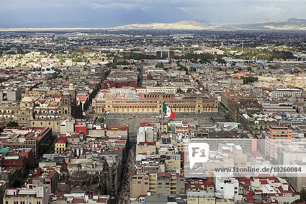 Hochwinkelansicht der Metropolitan Cathedral und des National Palace in Zocalo