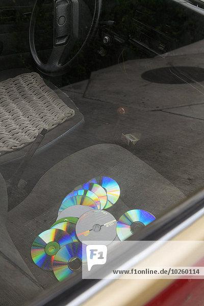 Hochwinkelansicht der Compact Discs auf dem Autositz