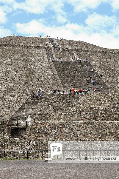 Sonnenpyramide gegen bewölkten Himmel