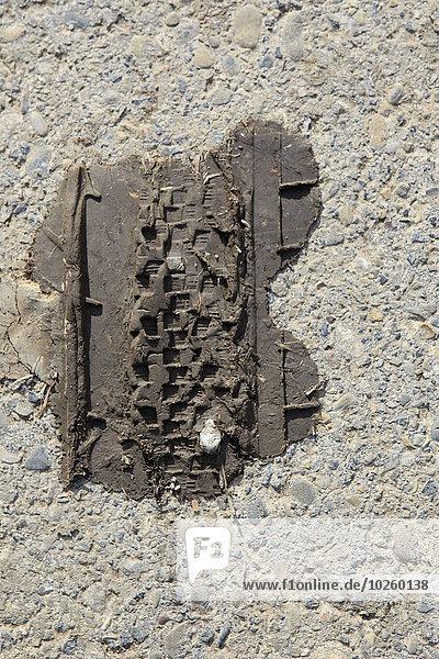 Direkt über der Reifenspur im Schlamm auf der Straße