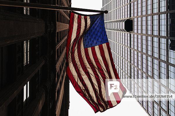 Niederwinkelansicht der amerikanischen Flagge und Bürogebäude