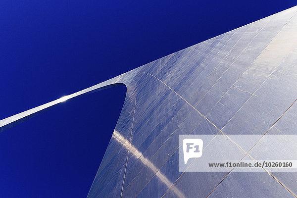 Niedriger Blickwinkel auf Gateway Arch gegen den klaren blauen Himmel