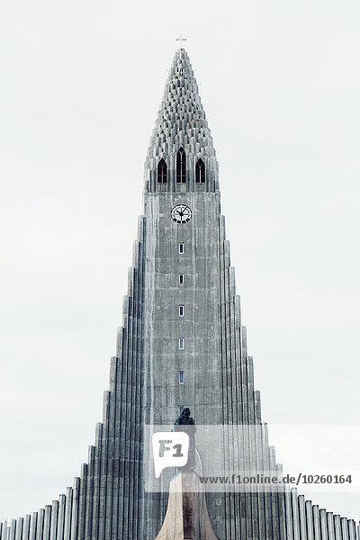 Tiefblick auf die Hallgrimurskirche gegen den klaren Himmel