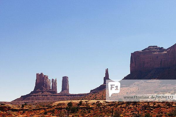 Monument Valley gegen den klaren blauen Himmel