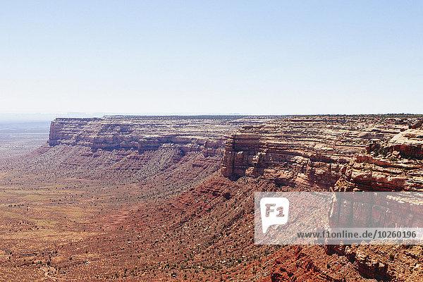 Monument Valley gegen den klaren Himmel