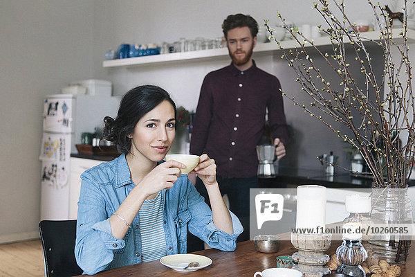 junge Frau,junge Frauen,Portrait,Mann,Küche,Hintergrund,Kaffee,Tisch
