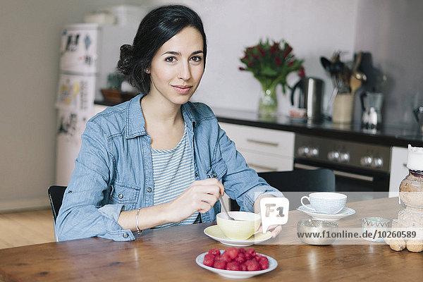 junge Frau,junge Frauen,Portrait,Fröhlichkeit,Küche,Kaffee,Tisch
