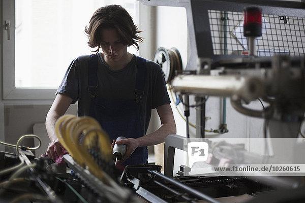 arbeiten,Maschine,Führung,Anleitung,führen,führt,führend,jung,Fabrikgebäude