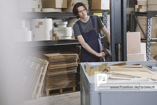 Portrait,arbeiten,Maschine,jung,Fabrikgebäude,handhaben