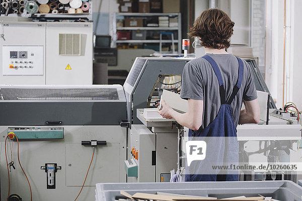 arbeiten,Maschine,Rückansicht,Ansicht,jung,Fabrikgebäude,handhaben