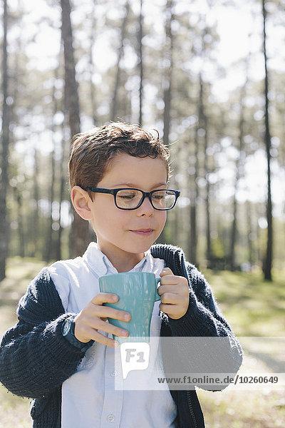 Becher,Junge - Person,halten,Wald,Kaffee