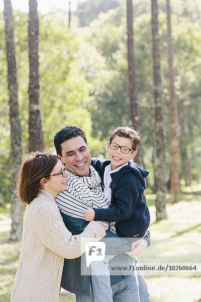 Glückliche Familie im Wald
